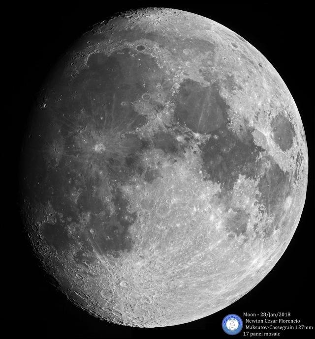 Idade: 11 dias; 87% iluminada; Distância: 363 000 km; Equipamento: Câmera ZWO ASI120mc; Filtro Astronomik ProPlanet 742 IR-pass; Telescópio Celestron Maksutov-Cassegrain 127mm f/12; Montagem SkyWatcher AZ-EQ5; 17 imagens em mosaico; 150 frames empilhados em cada imagem.